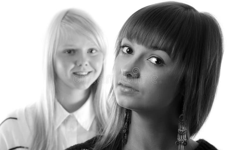 портрет 2 девушок стоковое фото
