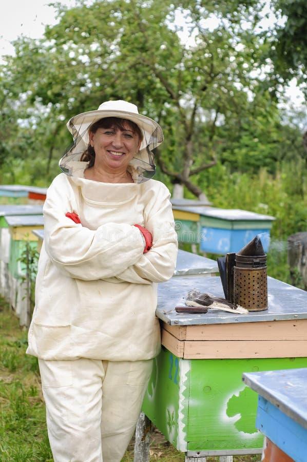 Портрет beekeeper женщины стоковое изображение