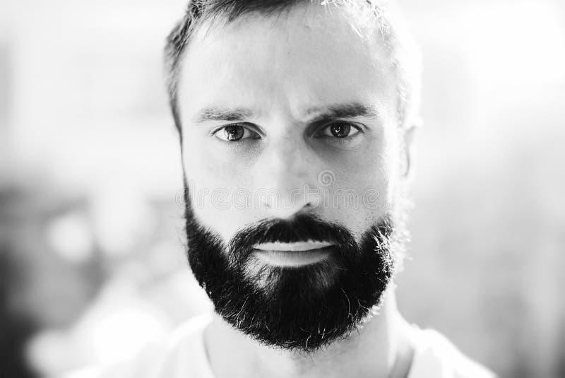 Портрет BW футболки бородатого человека нося белой стоковые изображения