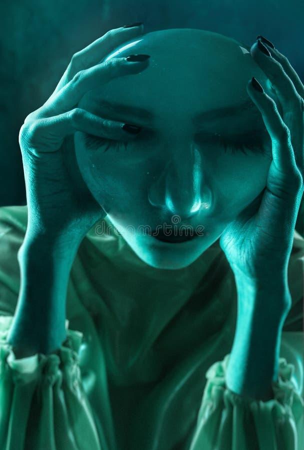 Портрет Clodeup женщин в неоновом свете стоковая фотография rf