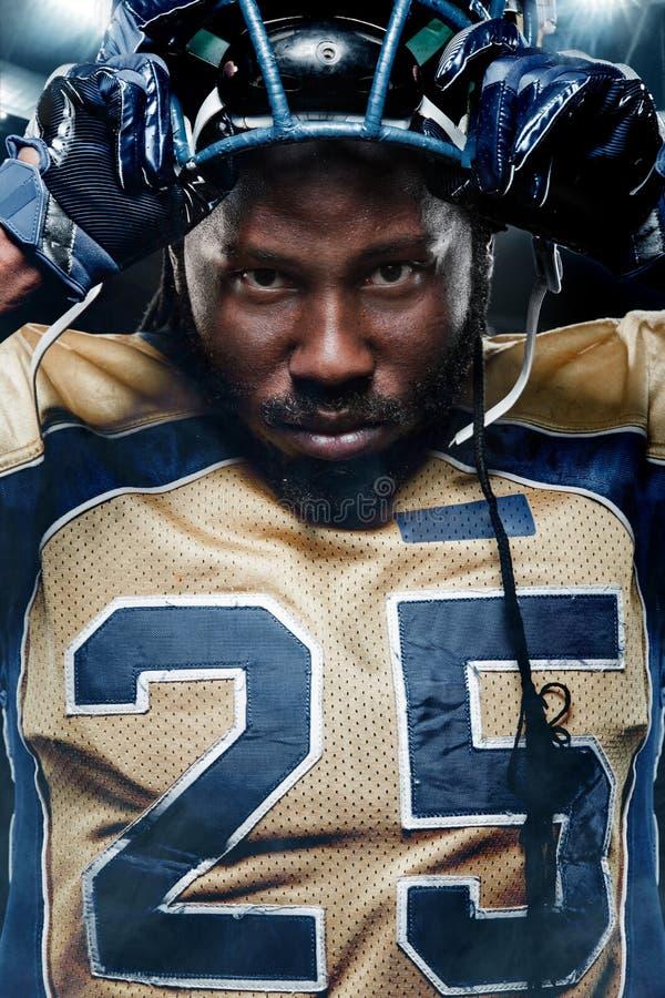 Портрет Colse-up американского футболиста на стадионе с светами на предпосылке стоковые фотографии rf