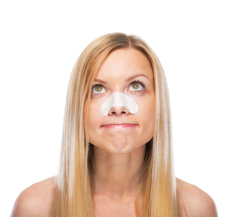 Портрет concerned девочка-подростка с ясными-вверх прокладками на носе стоковые фото