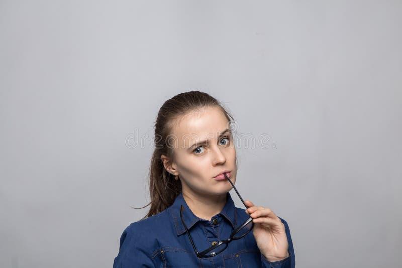 Портрет confused женщины держа стекла стоковая фотография rf