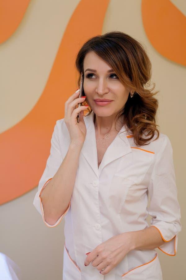 Портрет cosmetologist доктора женщины стоковое фото