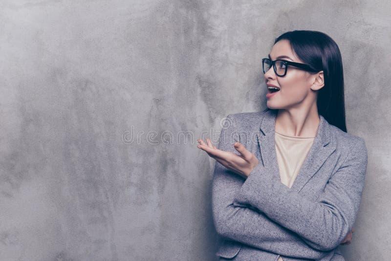 Портрет excited милой бизнес-леди в стеклах и куртке стоковое фото