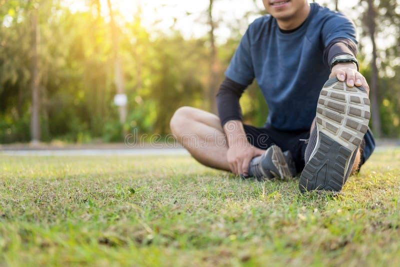 Портрет fatigued человека молодой пригонки атлетического мышечного для здоровья и сильного парня работая в sportswear outdoors стоковое изображение