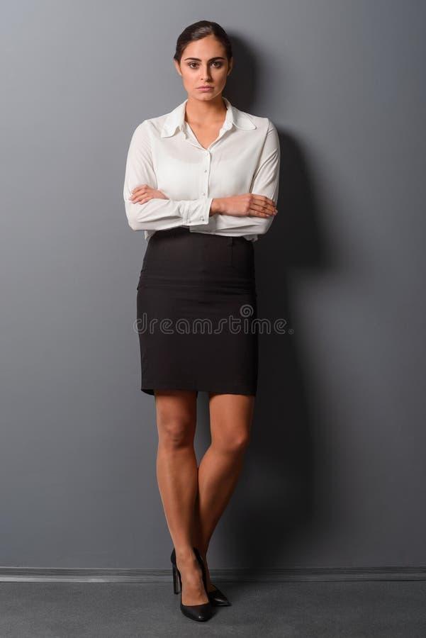 Портрет Fullbody молодой женщины стоковые фото