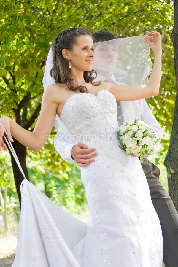 портрет groom невесты напольный стоковые изображения