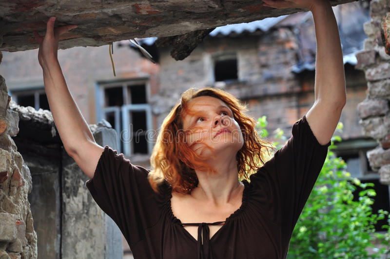 Портрет Grunge женщины в городских руинах стоковая фотография rf
