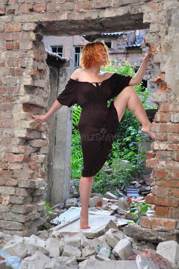 Портрет Grunge женщины в городских руинах стоковые фотографии rf