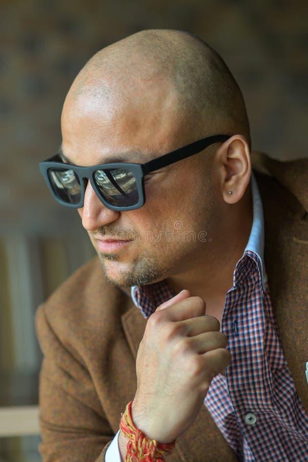 Портрет hansome индийского бизнесмена в человеке солнечных очков, серьезных и уверенно стоковое изображение rf