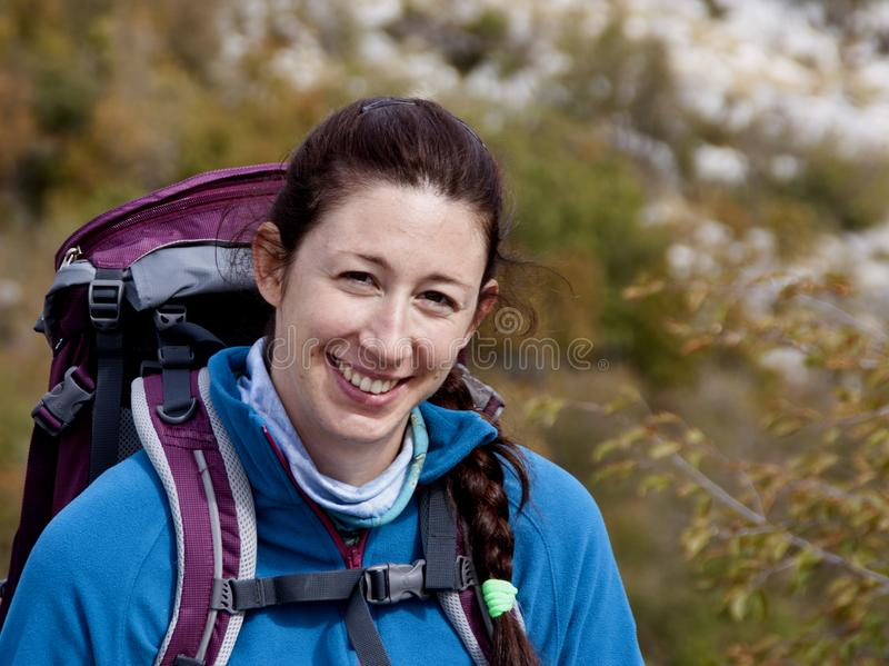 Портрет Hikers, молодая привлекательная девушка стоковое изображение