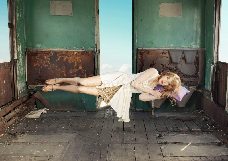 Портрет levitating женщины стоковое изображение