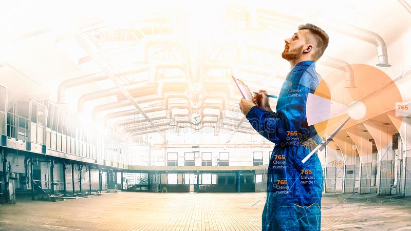 Портрет maneger в форме с план-графиком на предпосылке фабрики стоковые изображения
