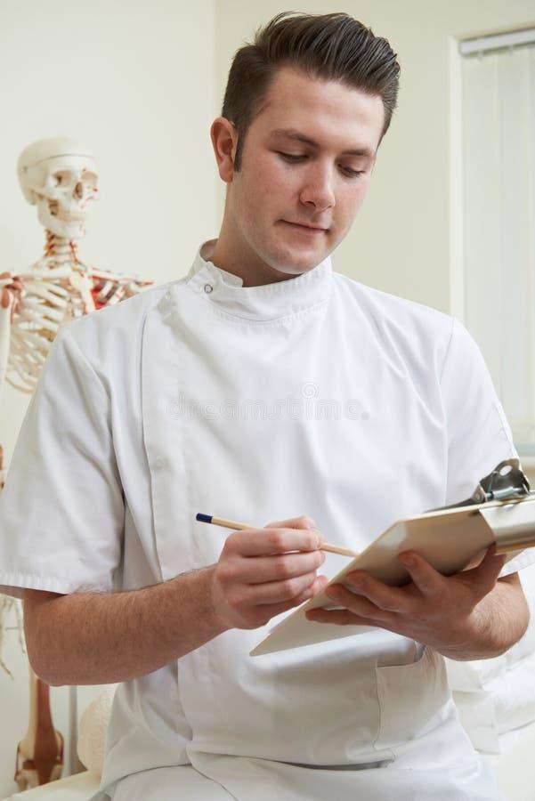 Портрет Osteopath в кабинете врача стоковые изображения rf