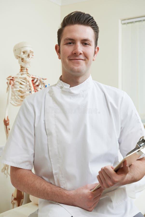Портрет Osteopath в кабинете врача стоковые фотографии rf