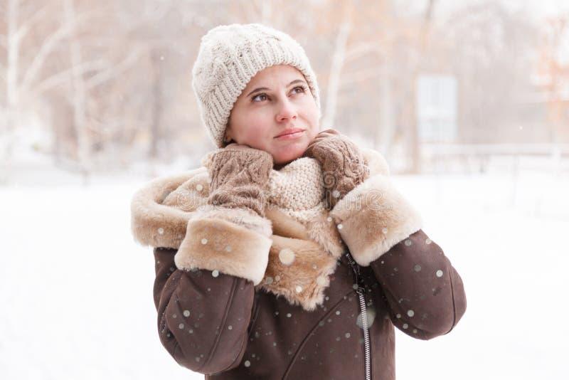 Портрет ` s девушки в зиме в парке стоковое изображение
