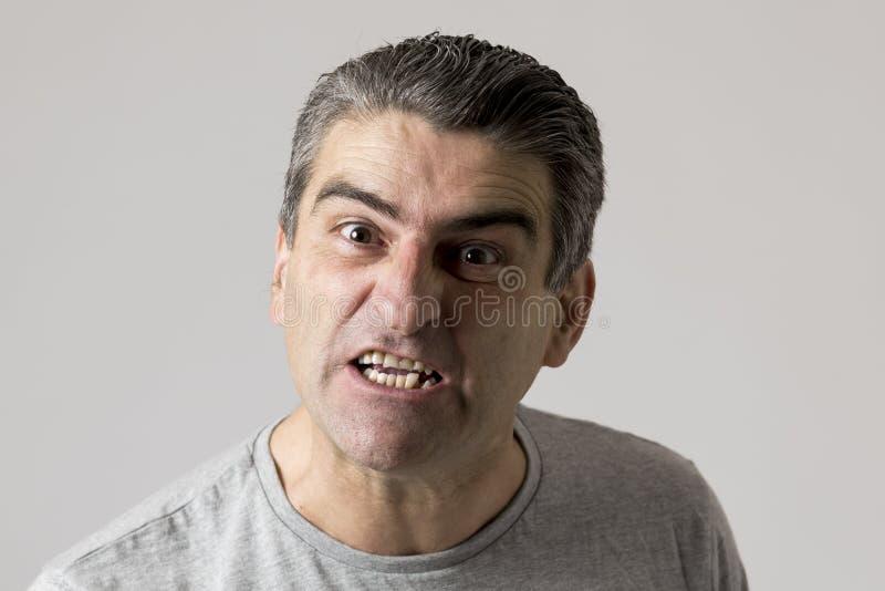 Портрет 40s к белому сердитому 50s и расстроенному парню и шальному злющему и агрессивному выражению стороны придирчивому и жалуя стоковое изображение rf