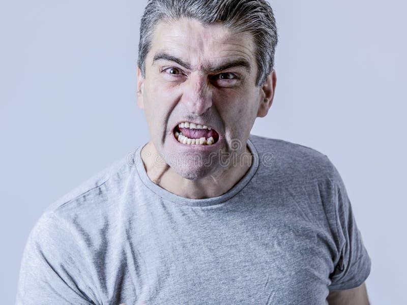Портрет 40s к белому сердитому 50s и расстроенному парню и шальному furio стоковое фото rf
