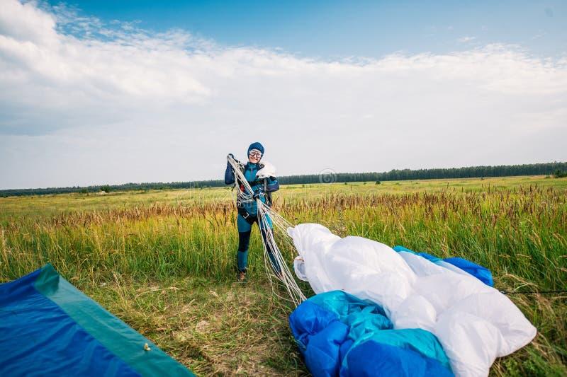 Портрет skydiver в комбинезоне со стеклами на луге стоковые изображения rf