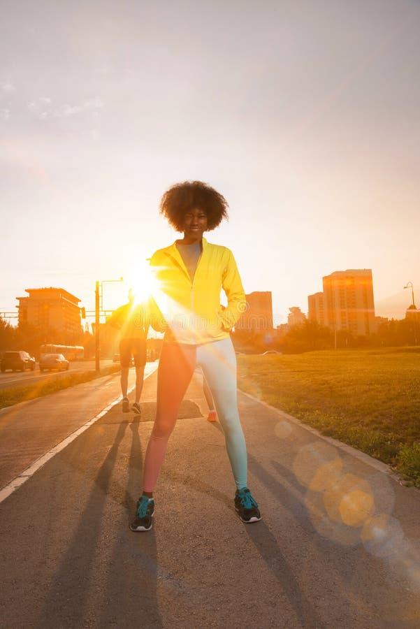 Портрет sporty молодой Афро-американской женщины бежать outdoors стоковые фотографии rf