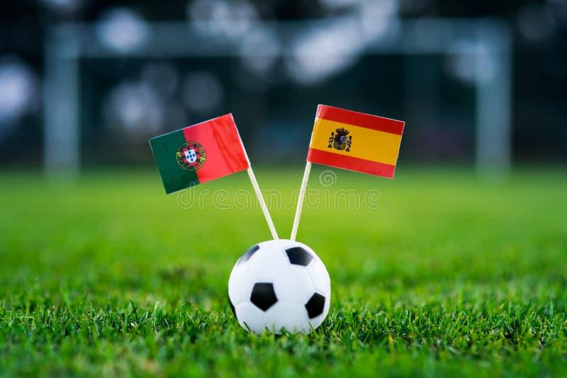 Португалия - Испания, группа b, Friday, 15 Футбол -го июнь, кубок мира, Россия 2018, национальные флаги на зеленой траве, белом ш стоковая фотография