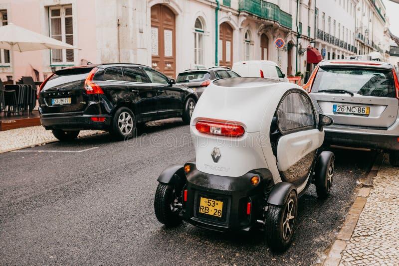 Португалия, Лиссабон, 1-ое июля 2018: Автомобиль ` s Renault современный компактный схематический экологический припаркован на ул стоковое фото