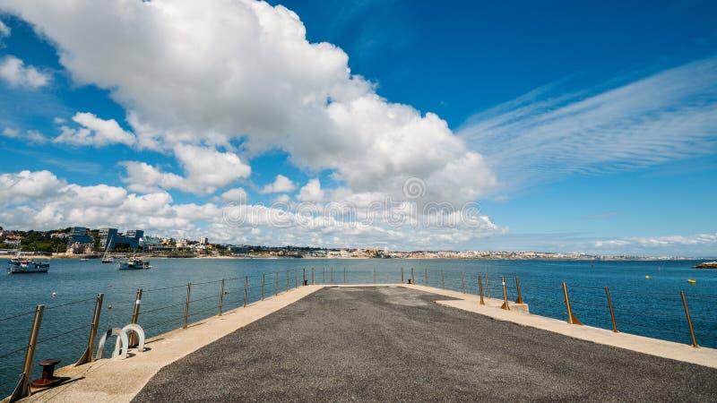 Португальский городской пейзаж взморья залива Cascais вполне рыбацких лодок, смотрящ к Эшторилу стоковое фото rf