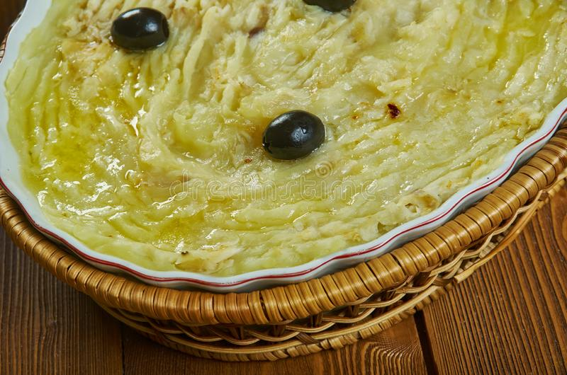 Португальский сотейник трески и картошки соли стоковое фото rf