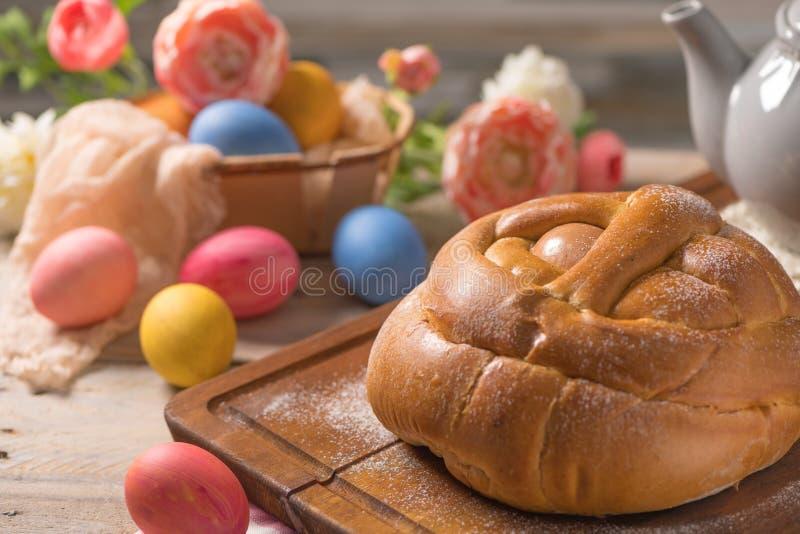 Португальский традиционный торт пасхи Folar с яичками на деревянном столе стоковые фото
