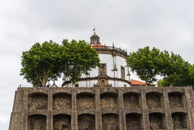 Порту, Португалия - июль 2017 Порту, городской пейзаж городка Португалии старый на реке Дуэро с традиционными шлюпками Rabelo стоковые фото