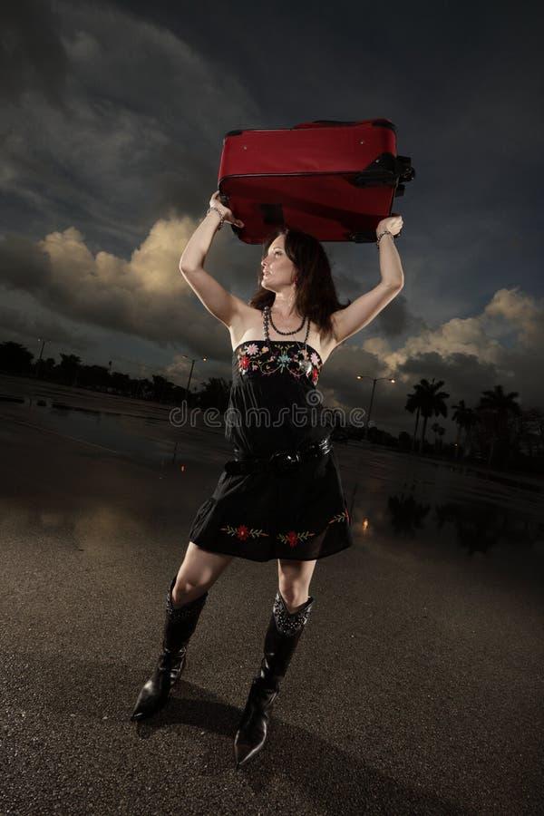 портфель держа красную женщину стоковая фотография