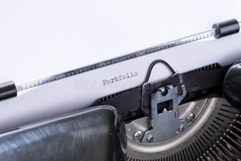 Портфолио слова написанное на старой машинке стоковые изображения rf