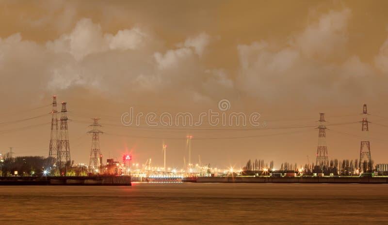 Порт Антверпена сцены ночи с загоренным контейнерным терминалом, Бельгией стоковые изображения rf