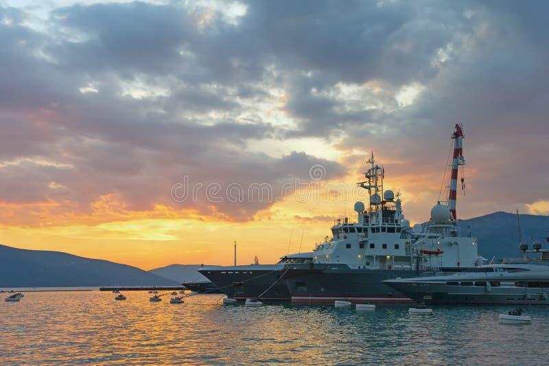Порт в городе Tivat на заходе солнца Черногория стоковые изображения