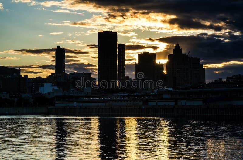 Порт города Монреаля старый на заходе солнца стоковые изображения rf