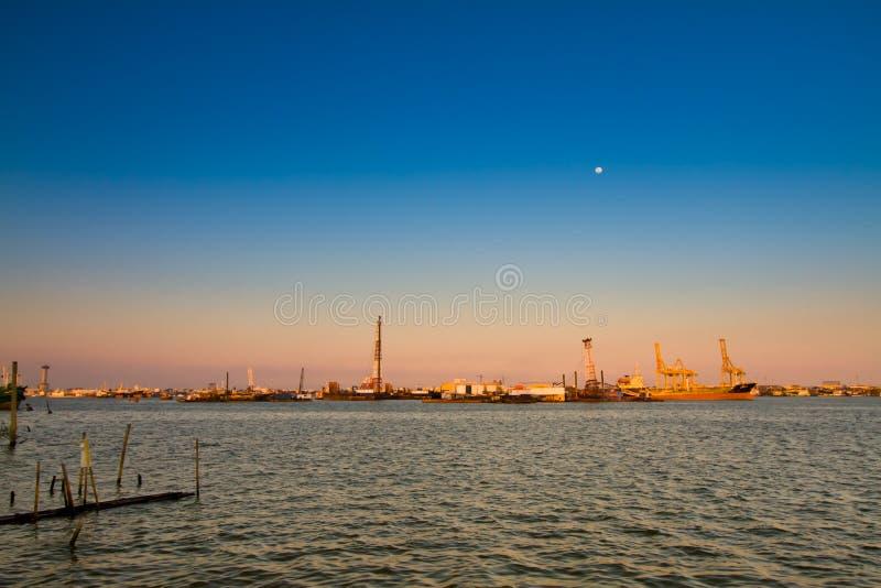 Порт захода солнца на море стоковые фотографии rf