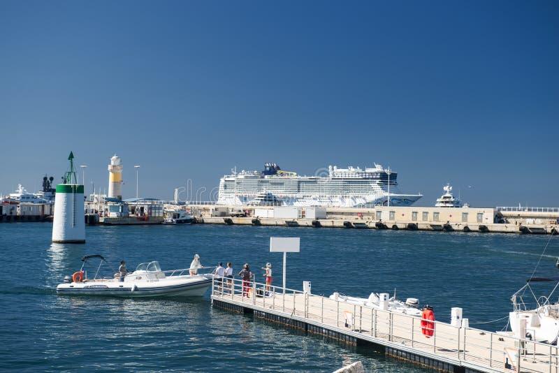 Порт и гавань в St Tropez Grimaud на французской ривьере стоковые фотографии rf