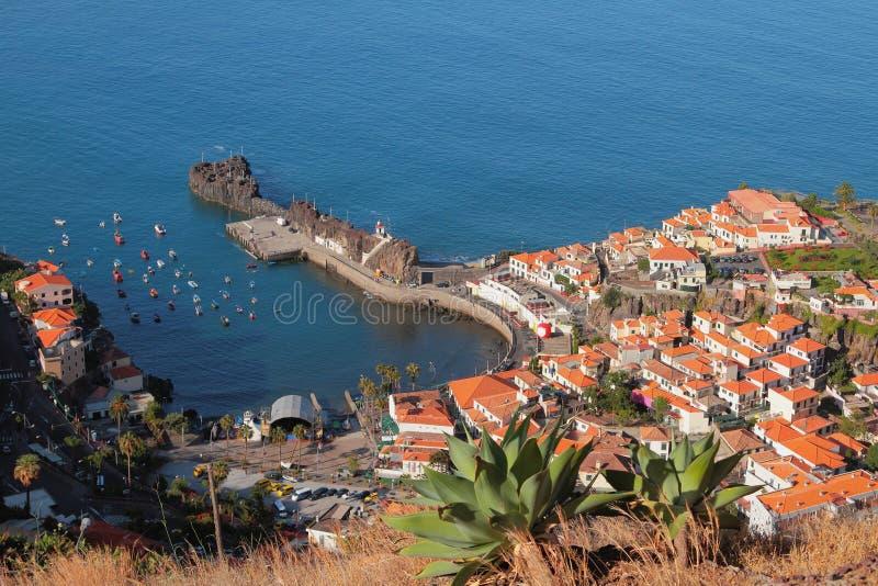 Порт и городок залива на побережье Camara-de-Lobos, Мадейре, Португалии стоковые изображения rf