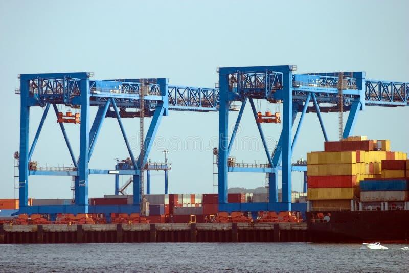 Порт контейнера верфи реки передней части стоковые изображения rf
