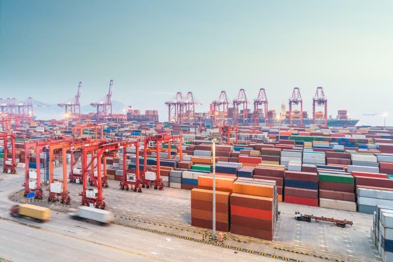Порт контейнера Шанхая в наступлении ночи стоковые фото