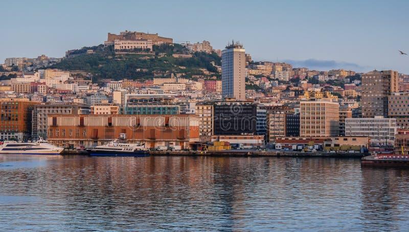 Порт Неаполь на зоре увиденный от моря стоковые фото
