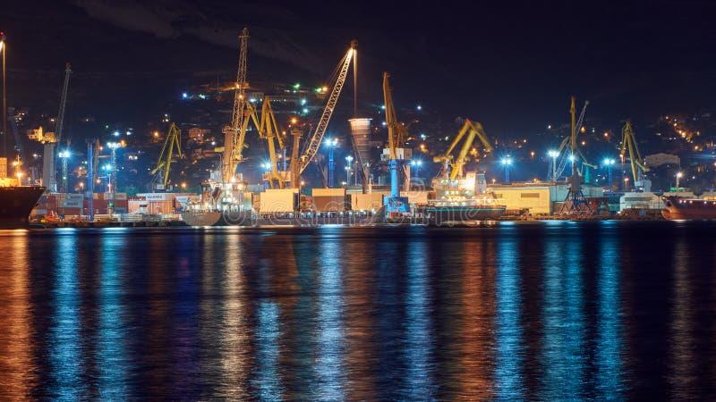 Порт ночи Novorossiysk Чёрного моря стоковые фото