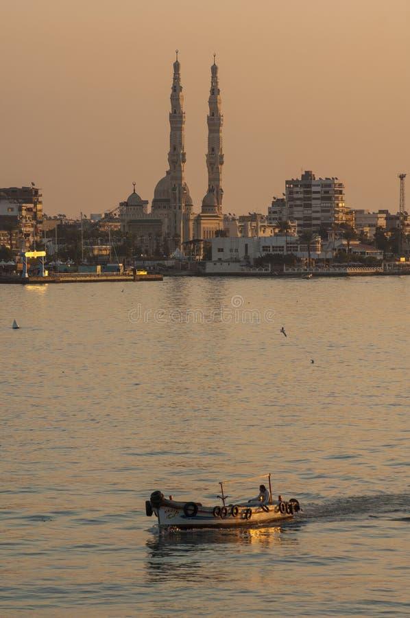 ПОРТ-САИД /EGYPT 2-ое января 2007 - малая рыбацкая лодка в Su стоковые изображения rf