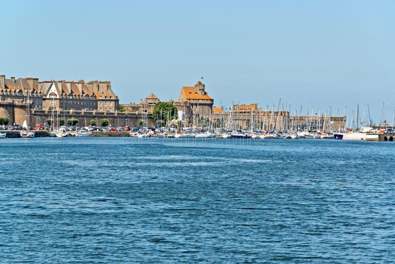 Порт Святого Malo с голубым небом brittani стоковая фотография