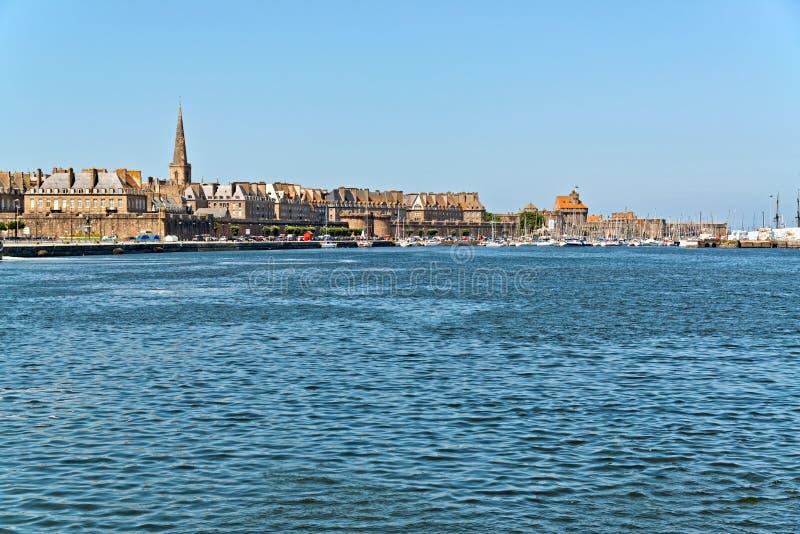 Порт Святого Malo с голубым небом brittani стоковая фотография rf
