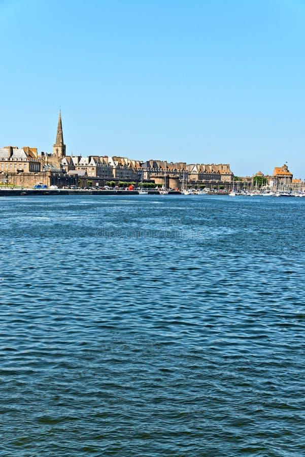 Порт Святого Malo с голубым небом brittani стоковые фото