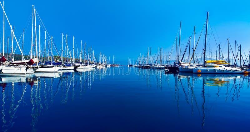 Порт яхты над голубым местом природы стоковое изображение rf