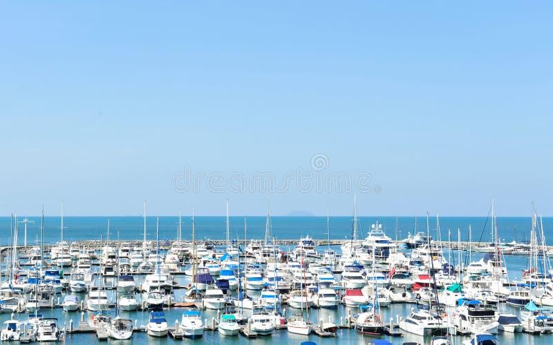 Порт яхты на побережье на предпосылке голубого неба стоковые фотографии rf