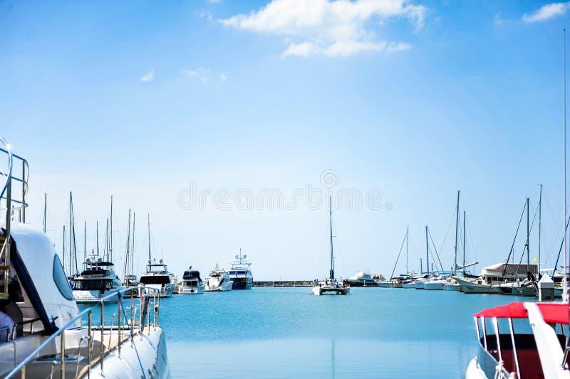 Порт яхты на побережье на предпосылке голубого неба стоковые изображения rf